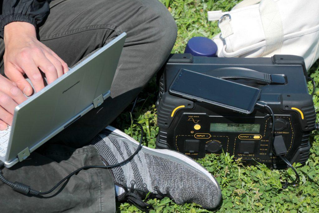 屋外でパソコンや通信機器を使用したい場でも大活躍